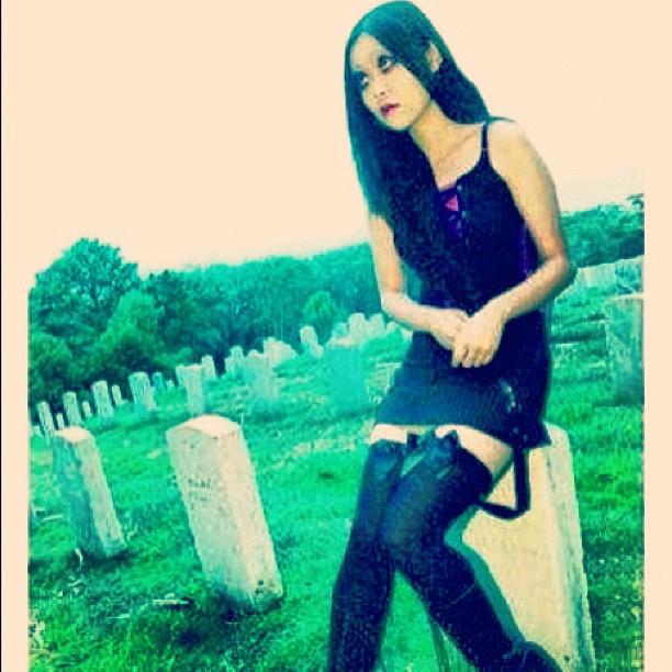 Különös metamorfózisát talán az a temetőben pózolós fotó tükrözi a legjobban, amit elsőként töltött fel az instára.