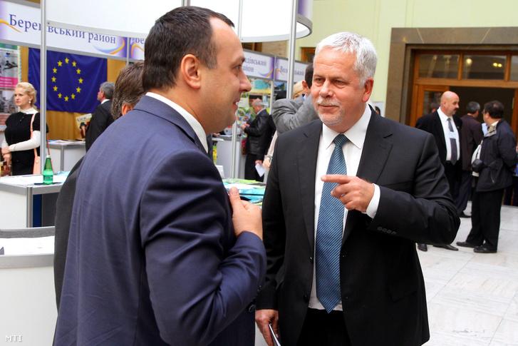 Volodimir Csubirko a Kárpátaljai Megyei Tanács elnöke (b) és Csutora Zsolt a Külgazdasági és Külügyminisztérium keleti nyitásért felelõs helyettes államtitkára