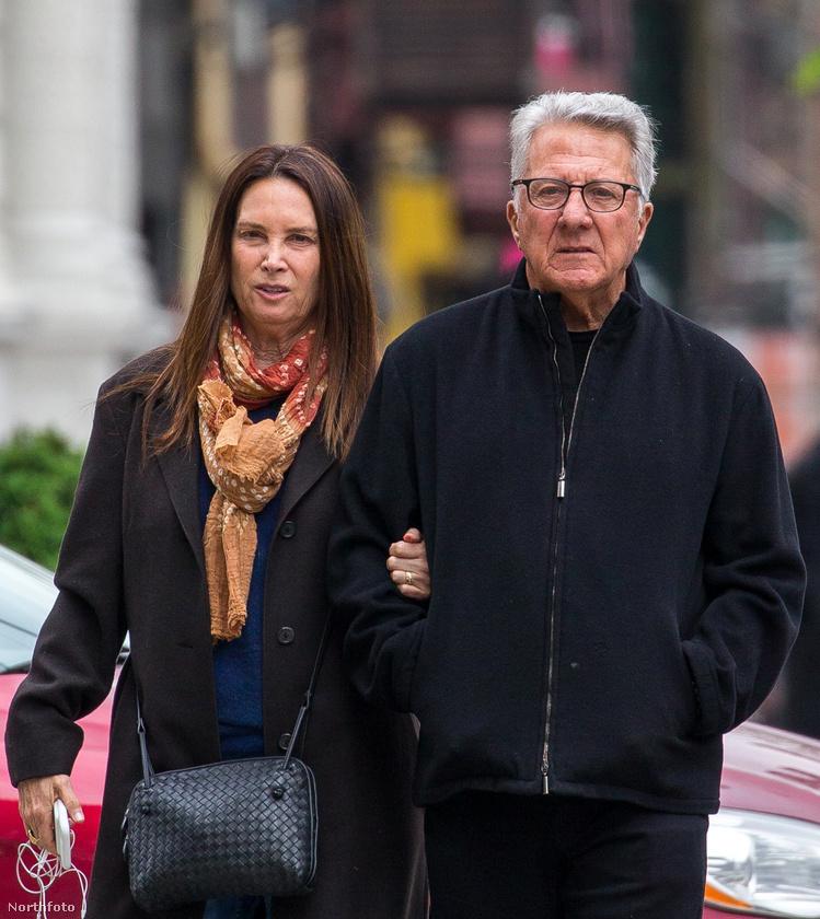Kíváncsi arra, ahogy Dustin Hoffman a feleségével, Lisa Hoffmannal andalog New York utcáin?Ugye szeretné látni?