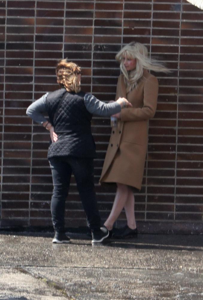 Ezúttal egy szőke parókában és hosszú, barna kabátban vettek fel pár jelenetet az Oscar-díjas színésznővel.