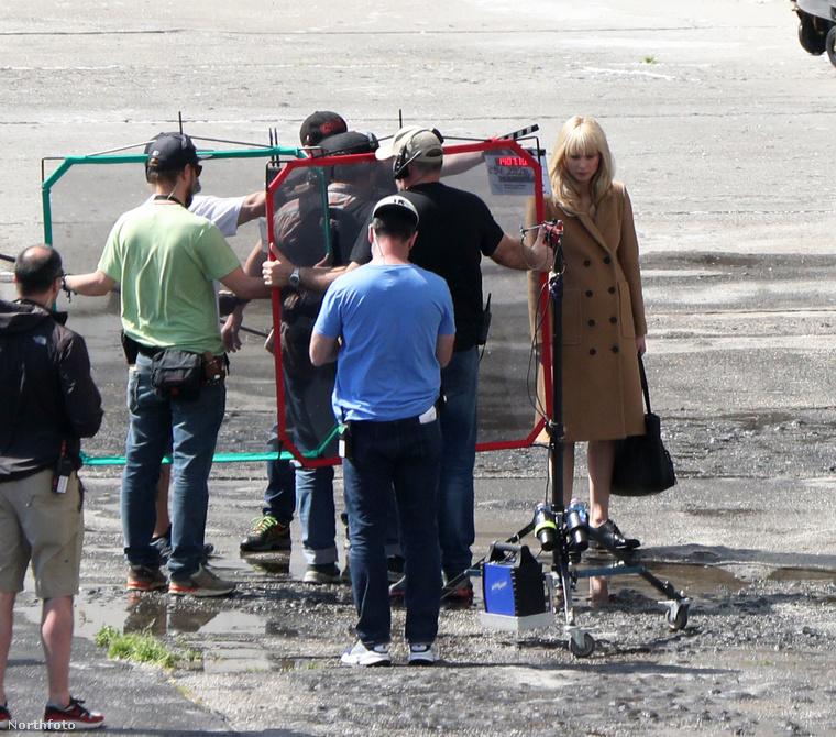 Jennifer Lawrence múlt héten még Budapesten forgatta a Red Sparrow című filmjét (és egyik este a főváros egyik underground kocsmájában, a Vittulában bulizott), most viszont már a szomszéd fővárosban, Pozsonyban dolgozik a stábbal.