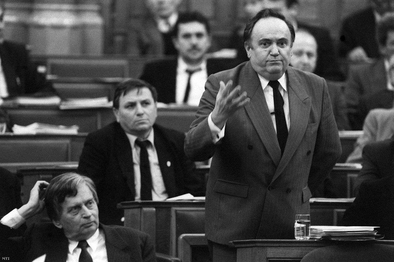Torgyán 1991. január 21-én még az Antall-kormányban beszélt a miniszterelnök mellett.