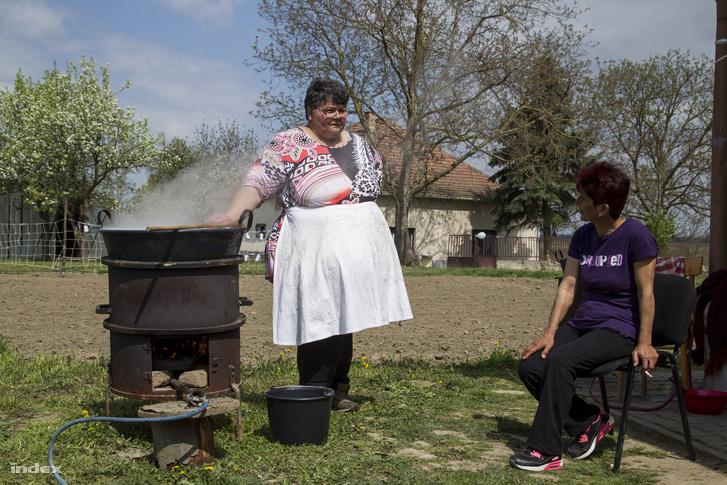 A falusi asszonyok egész nap főztek