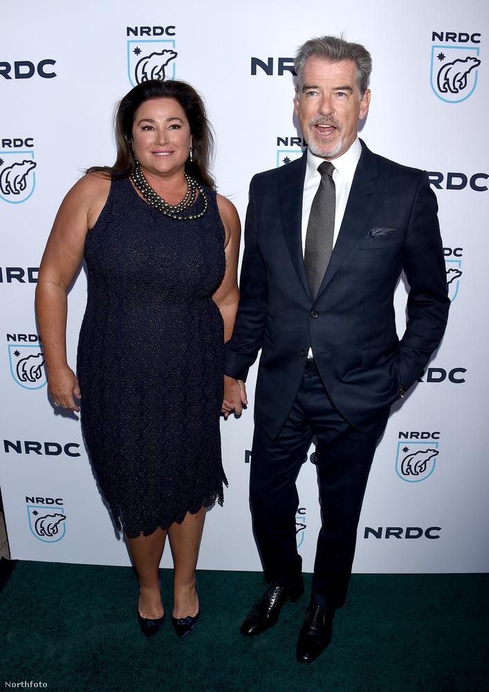 Pierce Brosnan és felesége, Keely Shaye Smith egy darabig gyanútlanul fotóztatta magát egy nonprofit szervezet eseményén, aztán váratlan fordulat állt be az életükben