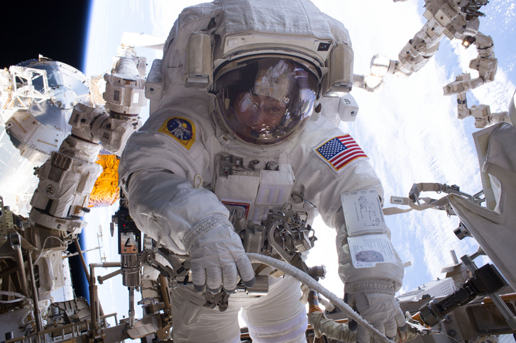 Peggy Whitson tesz űrsétát a Nemzetközi Űrállomáson 2017. január 6-án