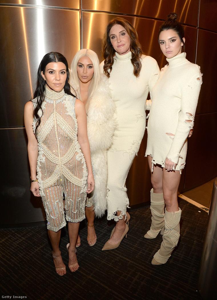 Itt még szóba álltak egymással. Balról jobbra: Kourtney és Kim Kardashian, mellettük Caitlyn és Kendall Jenner.