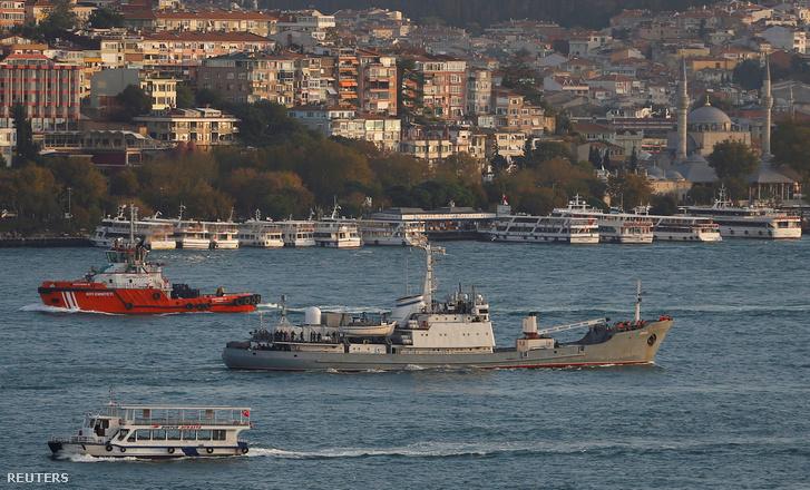 Az orosz hadsereg hadihajója a Boszporuszon, 2016. október 21-én