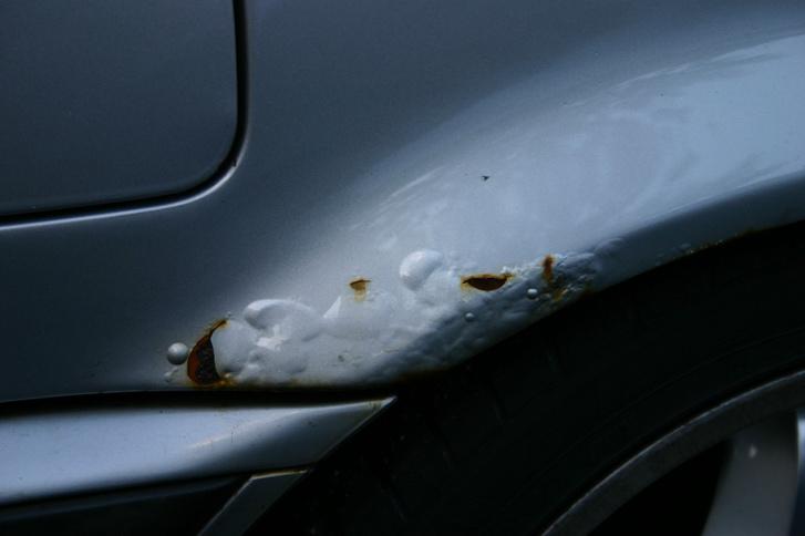 Hólyagosodik az E46-os BMW hátsó sárvédőíve
