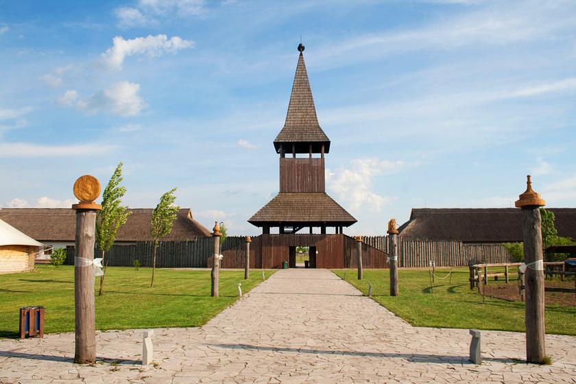 A polgári M3 Archeoparkban az árok egyik legszebben rekonstruált szakaszát kiállítva is láthatod.