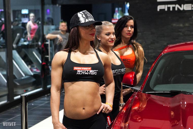 Mindjárt olvashatja, miket tudtunk meg az új realitybe készülő szépségkirálynőről, de először nézzük a többi modellt, akik körülállták a nyereményautót!