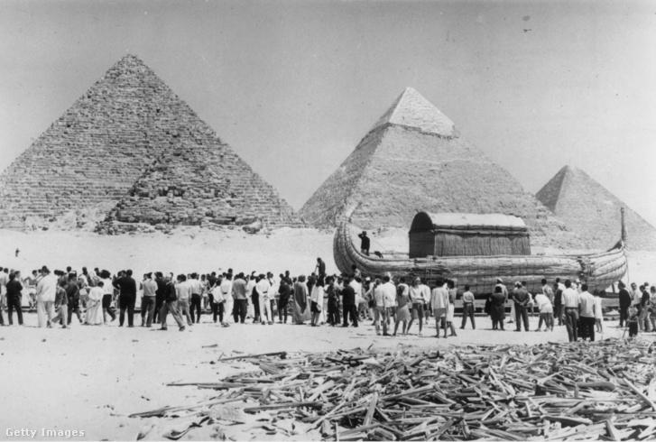 A Ra hajó ünnepsége Egyiptomban a Piramisoknál