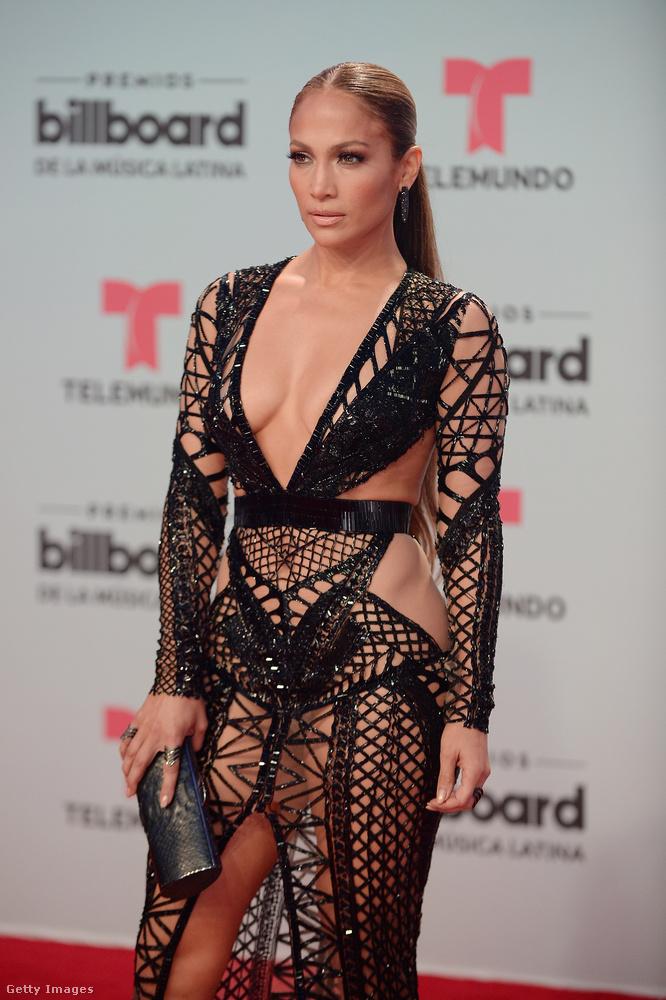 És az is egyértelmű, hogy erre a ruhára mi oka volt: egészen biztos, hogy mindenki elméjébe örökre beleégett az énekesnő hálós-ruhás képe.
