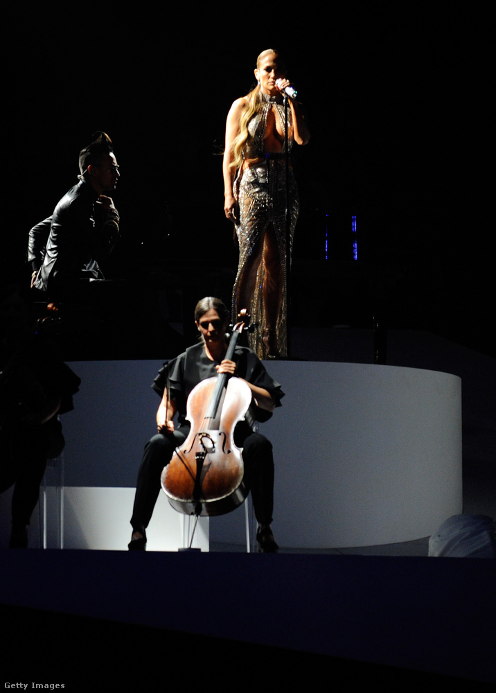 szeretnénk felhívni a figyelmüket arra is, hogy az énekesnő a díjátadón énekelte el először új dalát, a Míratét