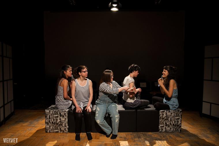 A darabban három sérült és két ép színész formálja meg a két karaktert