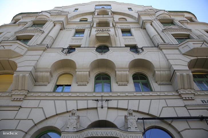 Lakóház a Gárdonyi téren, a fenti műteremlakásban alkotott Csontváry Kosztka Tivadar.