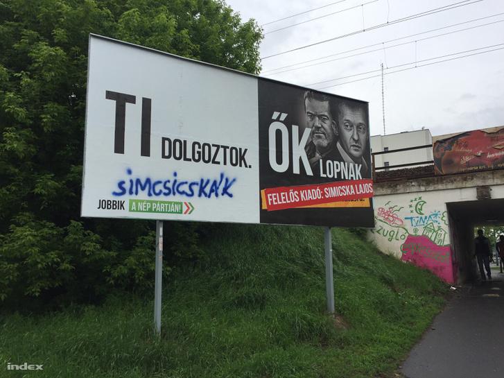 A Jobbik egyik átragasztott és átfestett plakátja Zuglóban.