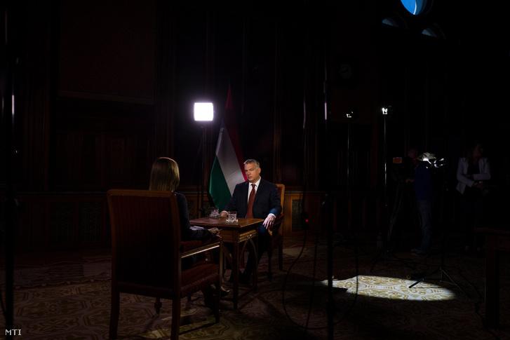 A Miniszterelnöki Sajtóiroda által közreadott kép: Orbán Viktor miniszterelnök sajtótájékoztatót ad az M1 aktuális csatornának 2016. szeptember 27-én.