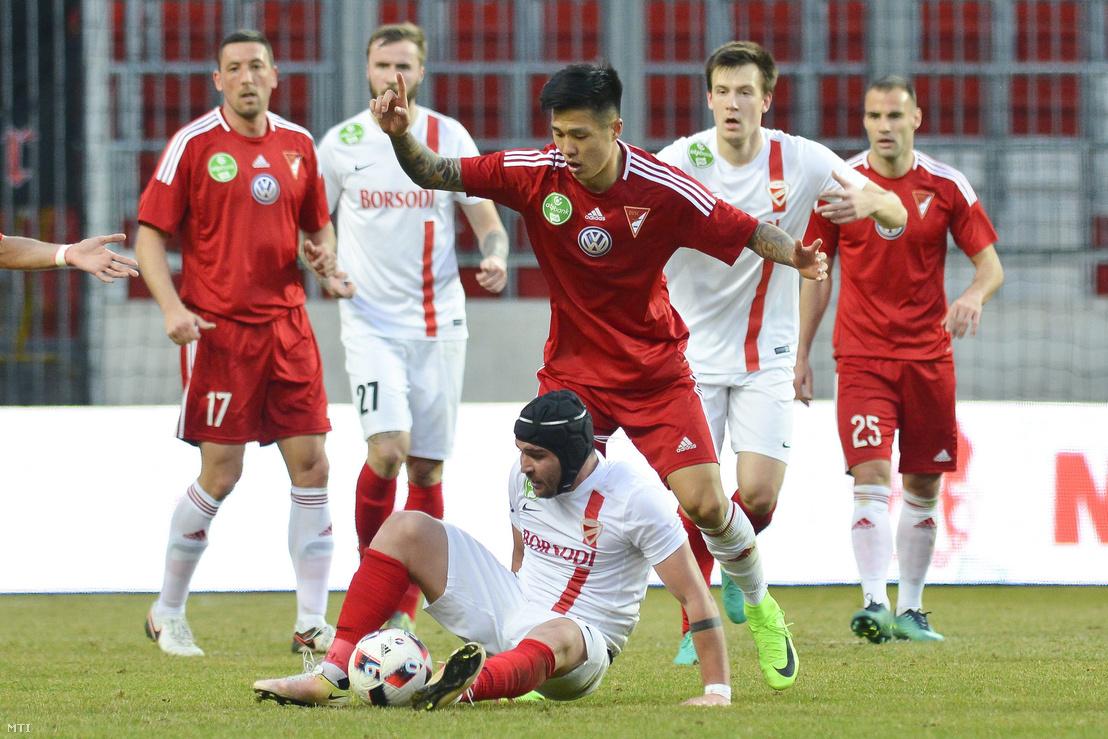 A debreceni Szuk Hjundzsun (k) és a diósgyőri Murtaz Dausvili (lent) a labdarúgó OTP Bank Liga 22. fordulójában játszott Debreceni VSC - Diósgyőri VTK mérkőzésen a debreceni Nagyerdei Stadionban 2017. március 4-én. A DVSC 3-0-ra győzött.