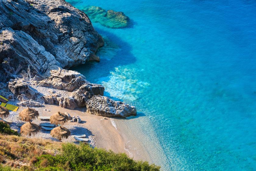 A Jón-tenger partján fekvő Albán-Riviéra érintetlen szépségével, aranyszínű homokjával és hagyományos, aprócska faluival varázsolja el a turistákat.