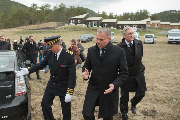 Gyászoló hozzátartozók és pilóták a 2015-ös tragédia helyszínén