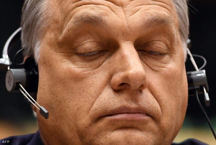 A magyar miniszterelnök a plenáris ülés Magyarország helyzetével kapcsolatos felszólalásokat hallgatja