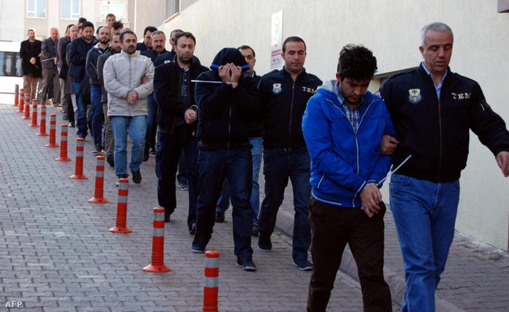 A héten korábban, szerdán ugyancsak tömeges őrizetbe vételekre került sor, akkor több mint ezer gyanúsítottat állítottak elő a török rendőrök azzal, hogy Fethullah Gülen, amerikában élő muszlim hitszónokkal vannak kapcsolatban