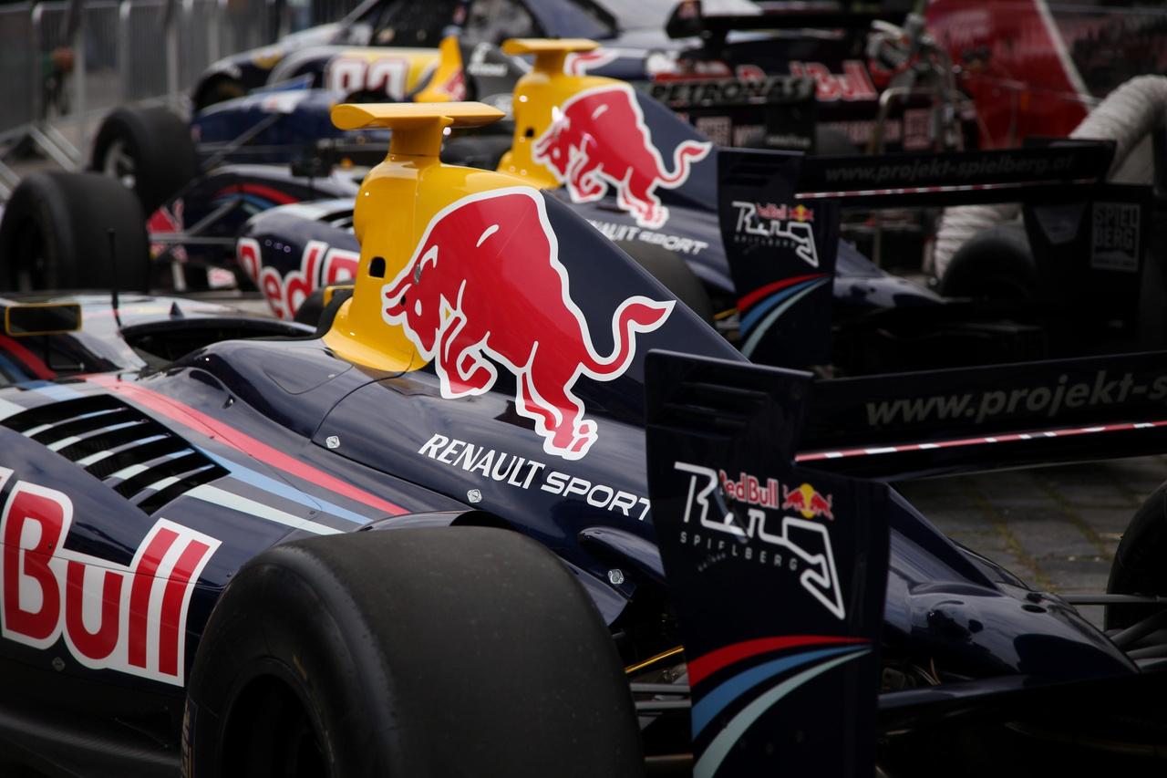 A Red Bull egész armadával készült a 2017-es nagy futamra  –  Forma-1-es, Nascar- és WSR-versenyautók egyaránt színesítették a palettát – bár Wendlinger '95-ös Sauberje ezúttal sem bírta sokáig a kiképzést, a második felvonás első körében megadta magát