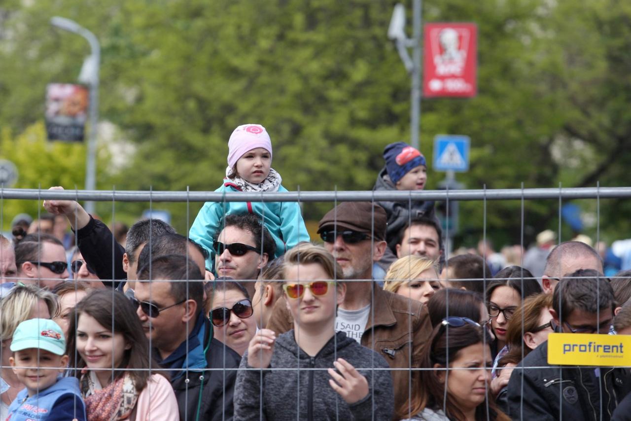 A rajongást sosem lehet elég korán kezdeni – az új nyomvonal is több százezres tömeget vonzott a belvárosba, a 2,8 km hosszú új vonalvezetés is kevésnek bizonyult a nézőtér kialakítása szempontjából