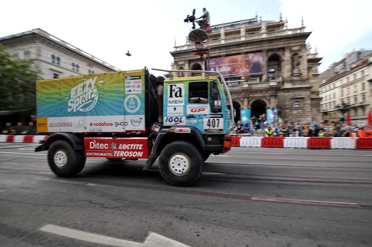 A Szalay Dakar Team a versenykamiont is kihozta a Nagy Futamra – a szúrófényekkel valószínűleg simán hegeszteni lehetne a közeli szállodaberuházáson