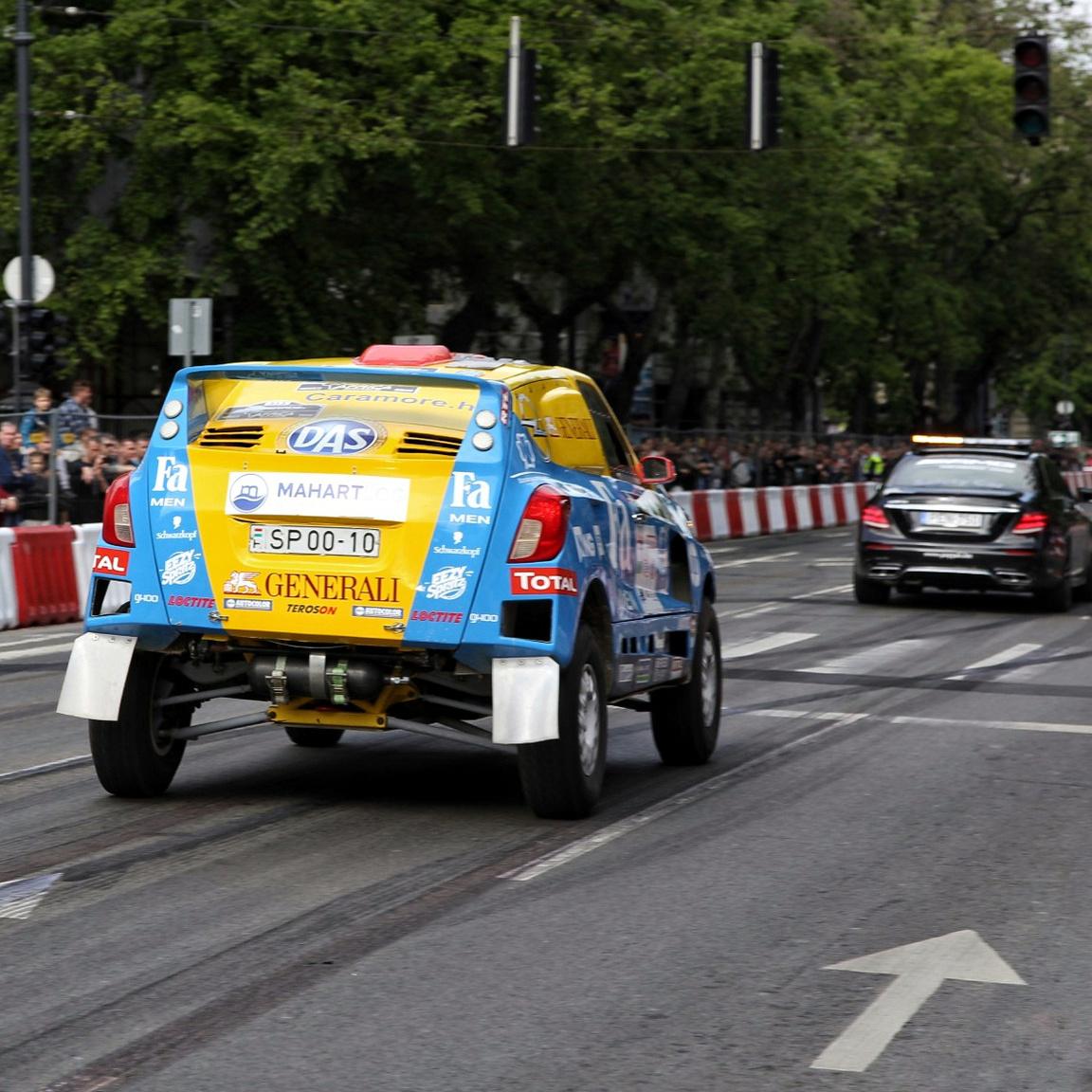 Szalay Balázs röfögteti a dakaros Opel Mokkát az Andrássy úton