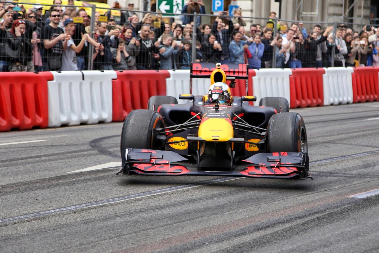 Ricciardo a második körre önfeledt driftelésbe és gumiégetésbe kezdett, mindenki örömére, ha már Szocsiban ezúttal nem rúghatott labdába fékhiba miatt