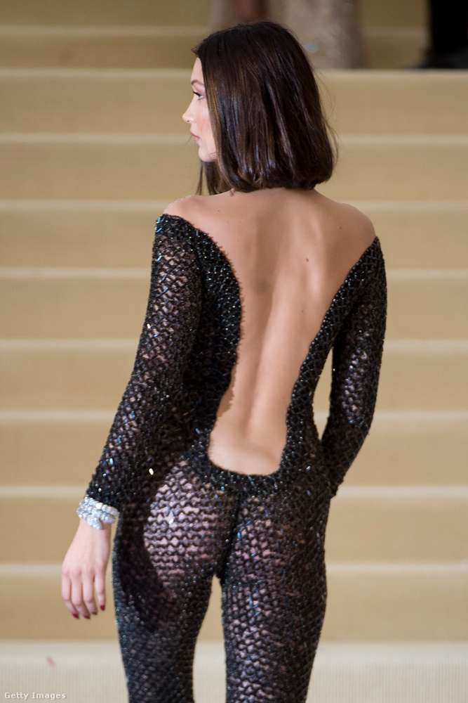 Viszont hátulról két dolog látszik: az egyik, hogy ez a ruha nem minden szögből ilyen visszafogott - a másik, hogy Hadidnak szép formájú a feneke.
