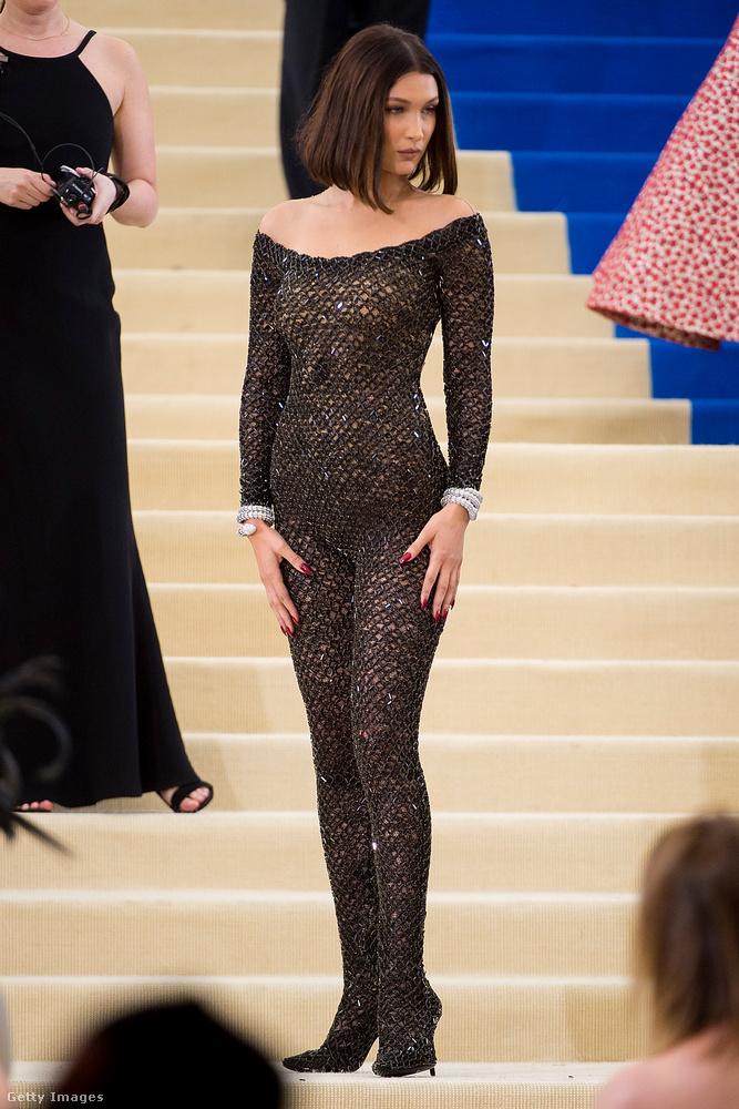 Hadid tetőtől talpig csipkébe öltözött, és mint láthatják, a reklámokkal ellentétben itt egészen nyilvánvalóvá válik, hogy még egy jó testű, fiatal (20 éves) modellnek sincs Barbie-alkata.