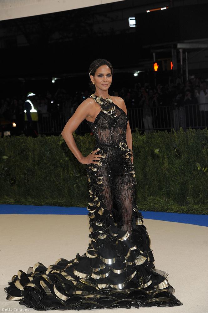 Halle Berry színésznő az, aki ugyancsak egy fekete hálóban mutatta meg, hogy az alakja ötven évesen is irigylésre méltó.