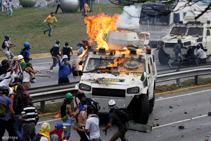 Tüntetők csapnak össze rohamrendőrökkel Caracasban, 2017. május 1-én