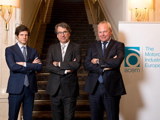 Balra Colaninno, középen Pierer, jobbra Schaller