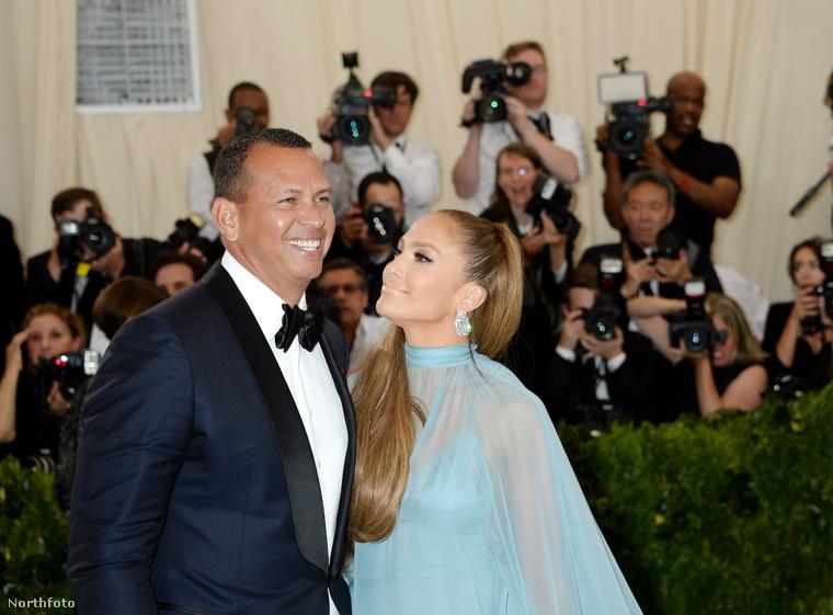 Ennél viszont talán fontosabb, hogy a 47 éves énekesnő először jelent meg a vörös szőnyegen barátjával,  Alex Rodriguezzel.