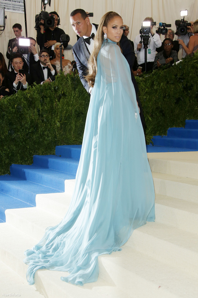 Azt már megmutattuk, hogy Kim Kardashian kivételesen nem felejtett el felöltözni