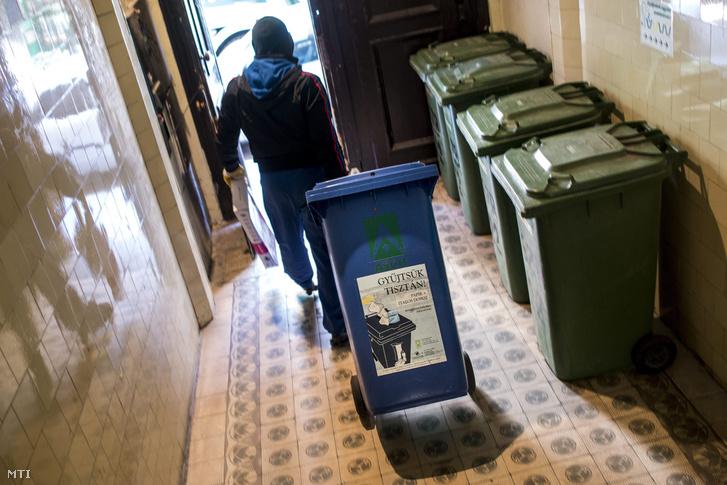 Lakossági szelektív hulladékot gyűjtenek be a hasznosítható hulladékbegyűjtéssel és -előkezeléssel foglalkozó Asco Hungária Kft. munkásai