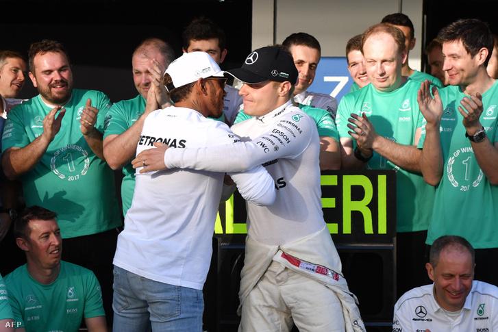 Hamilton gratulál Bottasnak Szocsiban