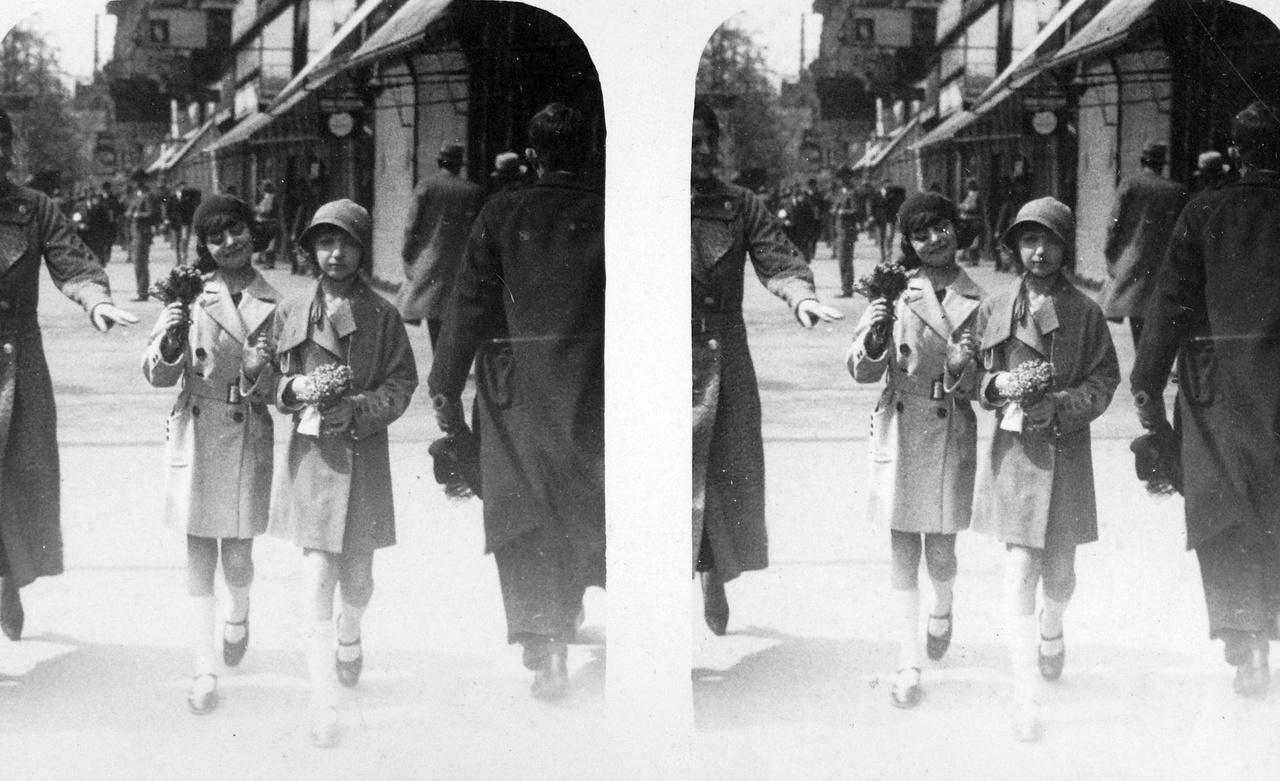 Kati és kis barátnője a nyüzsgő pesti utcán, valamikor a harmincas évek elején                         Rothmann Katalin élete végéig Budapesten lakott.  A Rothmann család nőtagjai, akik a háborút a színiiskolából szerzett apácaruhákban vészelték át, a Teréz körút 18.-ból a báró Aczél Endre (ma Ditrói Mór) utca 3.-ba költöztek. Lakner bácsi egykori tanítványa a negyvenes évek végén Réti Katalin néven lépett fel a Nagymező utcai Pódium Kabaréban, a városligeti Kisvarietében és a Vidám Színpadon. Karrierje 1956-ban ért véget, ezután a Bábszínház pénztárában dolgozott. Lakner Artúrt 1944-ben Németországba hurcolták, a róla szóló utolsó hír szerint a kecskeméti gyűjtőtáborban rendezett gyerekelőadásokat. Színházát lánya, Lakner Lívia indította újra.