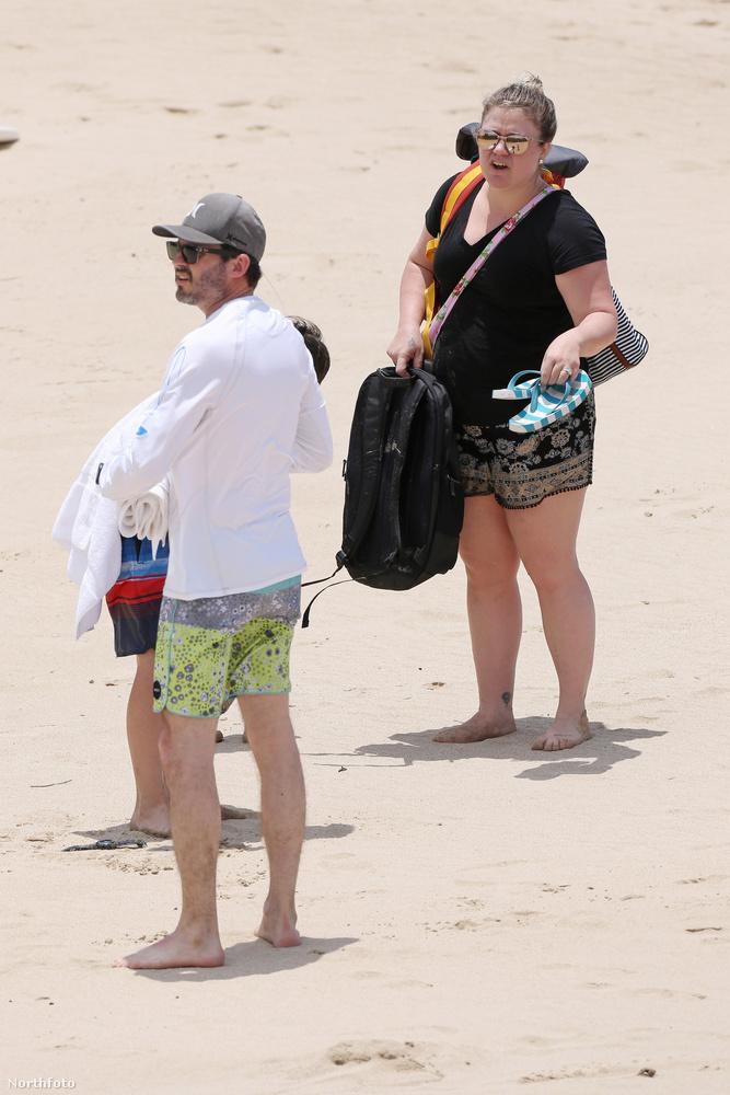 Clarkson és férje, Brandon Blackstock (zeneipari menedzser) Hawaii-ra vitték a gyerekeket, és ott pont azt csinálták, amit bárki tenne: