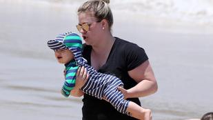 Kelly Clarkson levitte a strandra a gyerekeket