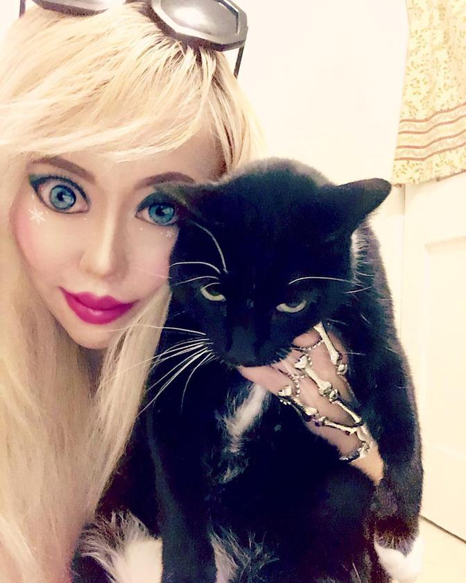 Ha viszont a Barbiság mellett macskás kontentre vágyik, akkor kedvence, Boo Boo profilját javasolnánk, ami a két témakör ötvözetével alkot maradandót.Viszlát!