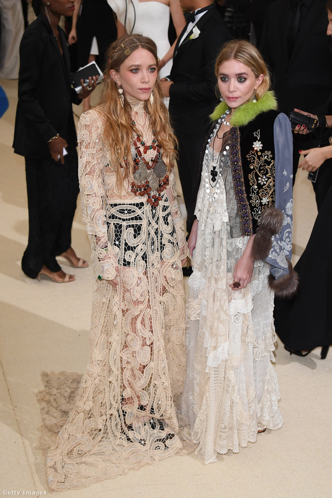 Mary-Kate és Ashley Olsen ikrek kifejezetten ijesztőek, és egyáltalán nem úgy néznek ki, mintha örülnének neki, hogy rájuk szakadt a csipkefüggöny