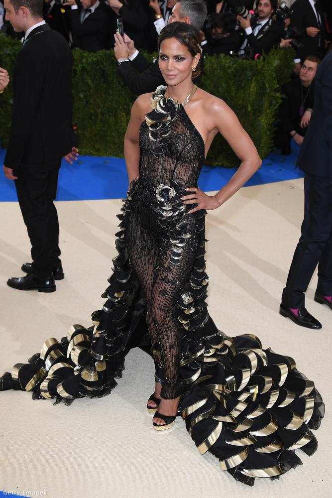 Halle Berry is egy hasonló fazont választott, mint Rihanna, csak sokkal szexibb kivitelben