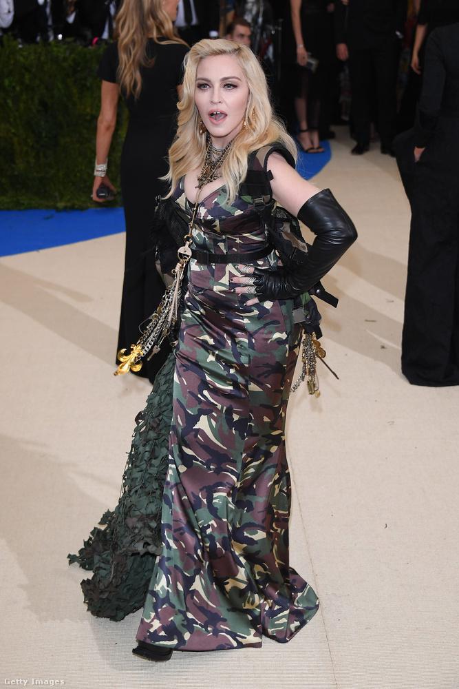 Madonna Jeremy Scott divattervezővel érkezett, a ruháért is Jeremy Scottot, illetve az általa vezetett Moschino márkát szidhatják azok, akiknek nem tetszik