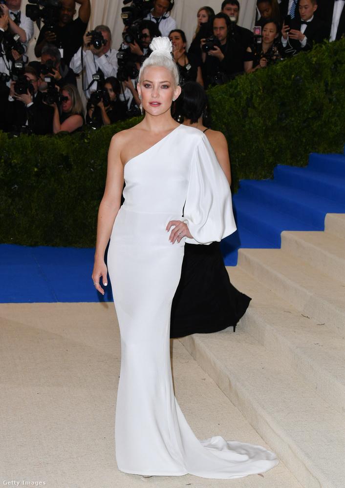 Kate Hudson szintén fehérben volt, de neki még a haja is fehér