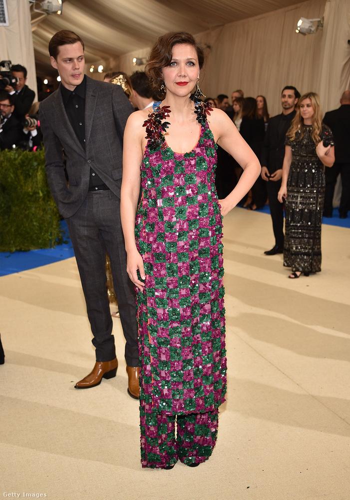 Maggie Gyllenhaal szerelésében azt lehet szeretni, hogy úgy összességében jópofa