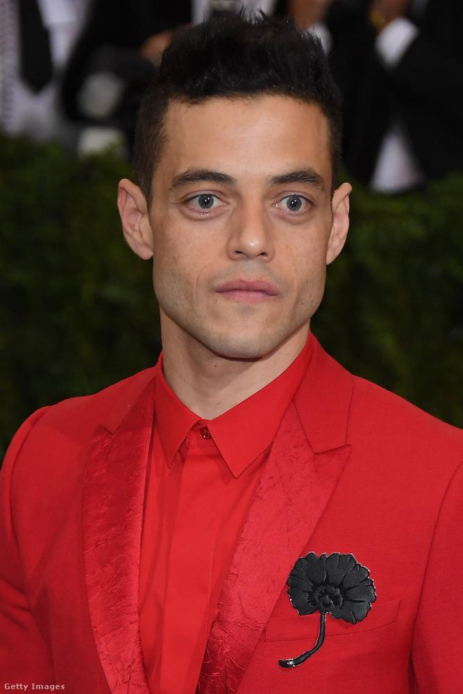 Amíg Diddy feltápászkodik, tekintse meg Rami Malek színészt, aki nem akart érdektelen, sem túlzásba vitt ruházatban megjelenni, így a vöröslő színvilág mellett döntött bátran